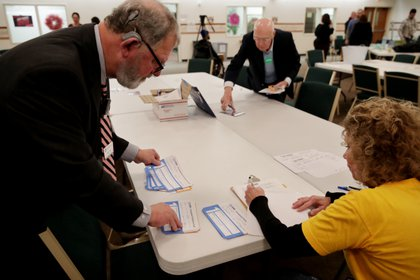 Funcionarios partidarios cuentan los votos de un caucus en Iowa (REUTERS/Jim Bourg)