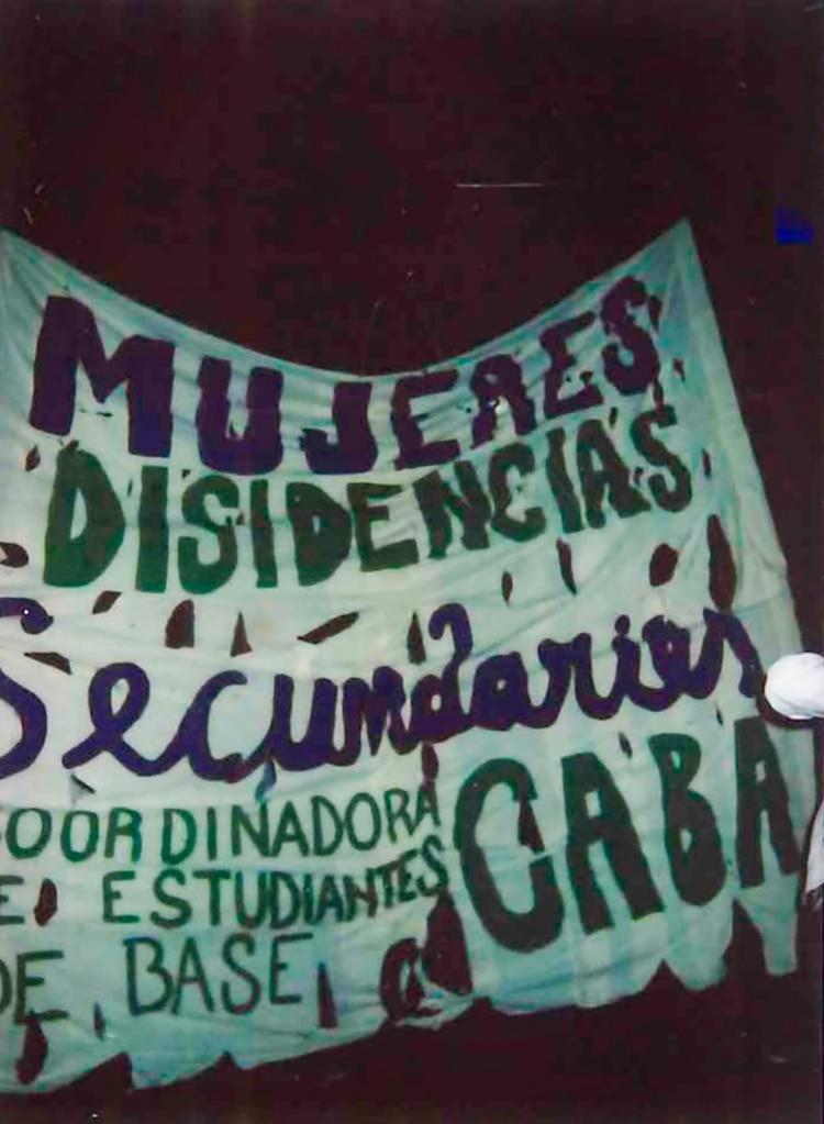 Carteles con mensajes en español de género neutro en el Encuentro Nacional de Las Mujeres.