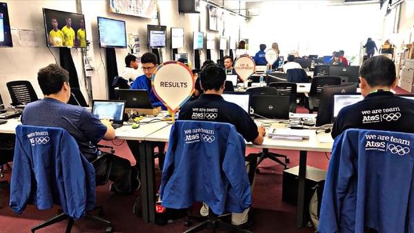 Otra imagen de los 30 ingenieros que trabajaron en la recopilación de datos tecnológicos y deportivos en Atos