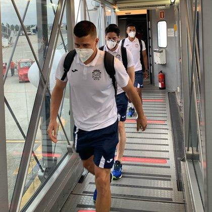 Los jugadores del CF Fuenlabrada en su expedición a La Coruña antes de suspenderse el partido (Europa Press)