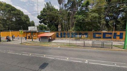Funcionarios del plantel y la UNAM se mantienen a las afueras del CCH para negociar la entrega del mismo (Captura de pantalla: Google Maps)