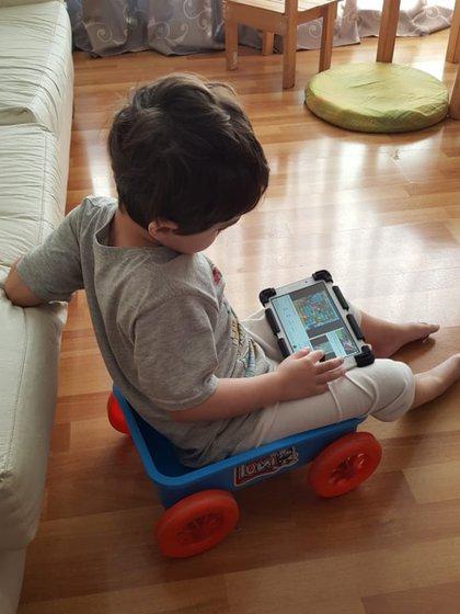 Lautaro usa su tablet y pictogramas para comunicarse