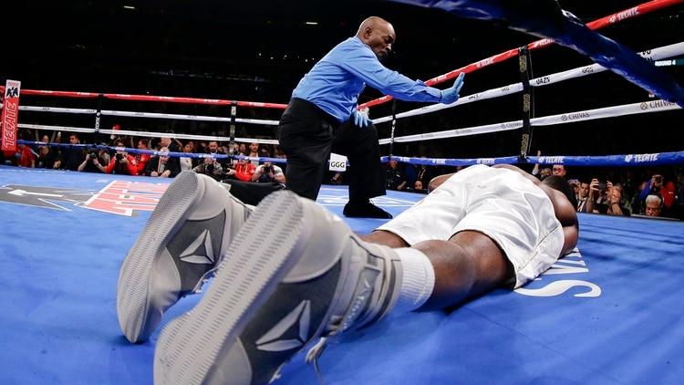 El árbitro le realiza la cuenta de protección a Rolls, que no podrá reponerse (Foto: AP/Frank Franklin II)