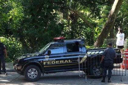 Una camioneta de la Policía sale del Palacio Laranjeiras (REUTERS/Pilar Olivares)