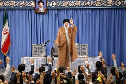 El líder supremo iraní, el ayatolá Ali Khamenei, con un grupo de estudiantes de escuelas y universidades en Teherán, Irán, el 3 de noviembre de 2019 (Jamenei/Documento vía REUTERS)