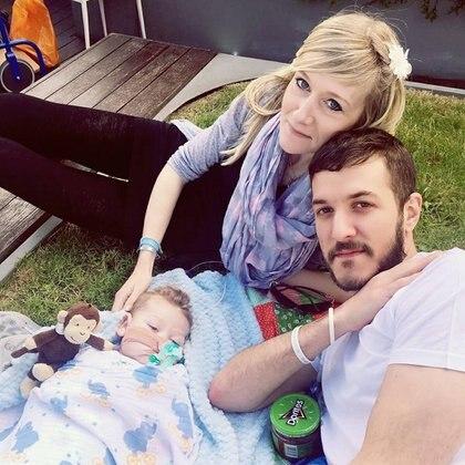 Carlie Gard con sus padres