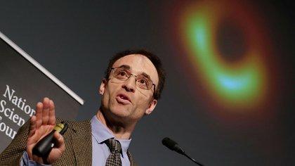 El científico Sheperd Doeleman, de la Universidad de Harvard y el Centro de Astrofísica Harvard-Smithsonian presenta la imagen inédita (AFP)