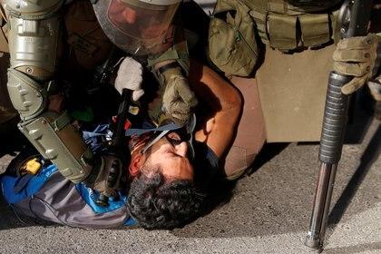 La policía detiene a un manifestante en Santiago. (REUTERS/Goran Tomasevic)