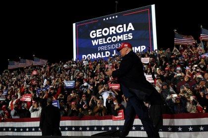 El presidente de Estados Unidos, Donald Trump, llega para un mitin de campaña en Roma, Georgia.  REUTERS / Brandon Bell