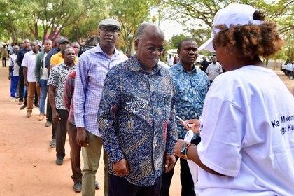 La elección presidencial en la que Magfuli resultó reelecto se realizó en octubrfe pasado sin ninguna medida precautoria por la pandemia.