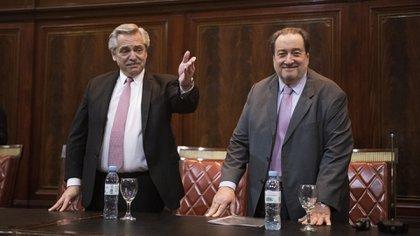 Alberto Fernández junto al ex ministro León Arslanian en el homenaje a Righi