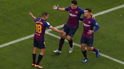 Soccer Football – La Liga Santander – FC Barcelona v Real Madrid – Camp Nou, Barcelona, Spain – October 28, 2018  Barcelona's Philippe Coutinho celebrates scoring their first goal with team mates       REUTERS/Sergio Perez