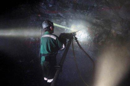 Un minero trabaja dentro de un túnel de la mina de plata Parrilla, en San José de La Parrilla, en el estado de Durango (Foto: Reuters)