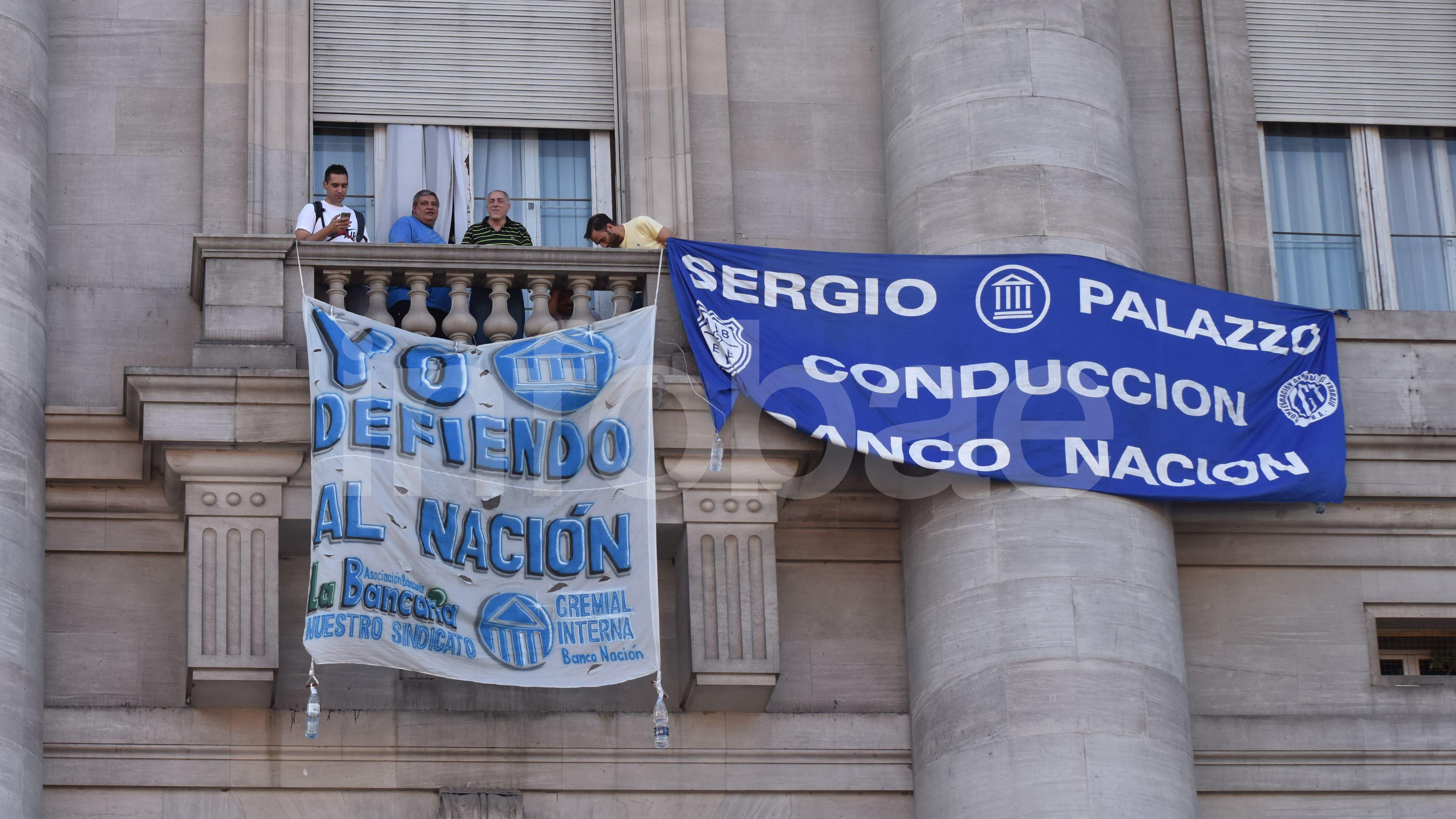 Desde el Banco Nación, miembros del sindicato La Bancaria, dirigido por Sergio Palazzo, colgaron banderas para despedir al gobierno de Cambiemos