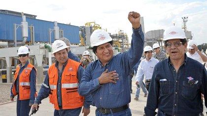 """El ex presidente Evo Morales durante una visita a una planta de Yacimientos Petrolíferos Fiscales Bolivianos (YPFB). El nuevo titular de la empresa estatal de hidrocarburos dijo que """"está quebrada""""."""