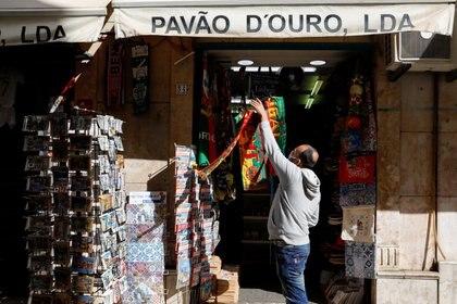 La reapertura de una tienda en Lisboa (REUTERS/Pedro Nunes)