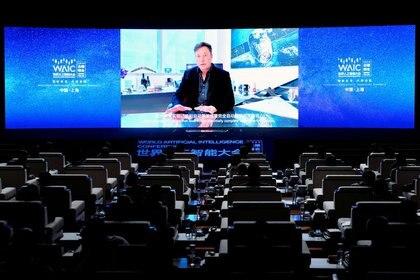 FOTO DE ARCHIVO: El CEO de Tesla, Elon Musk, aparece en una pantalla durante la ceremonia de apertura de la Conferencia Mundial de Inteligencia Artificial (WAIC) en Shanghai, China, el 9 de julio de 2020. REUTERS/Aly Song