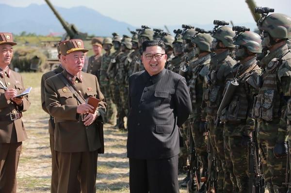 """El líder de Corea del Norte, Kim Jong-un, pasando revista a sus tropas. El régimen sigue siendo una """"amenaza seria e inminente"""", consideró Japón(AFP)"""