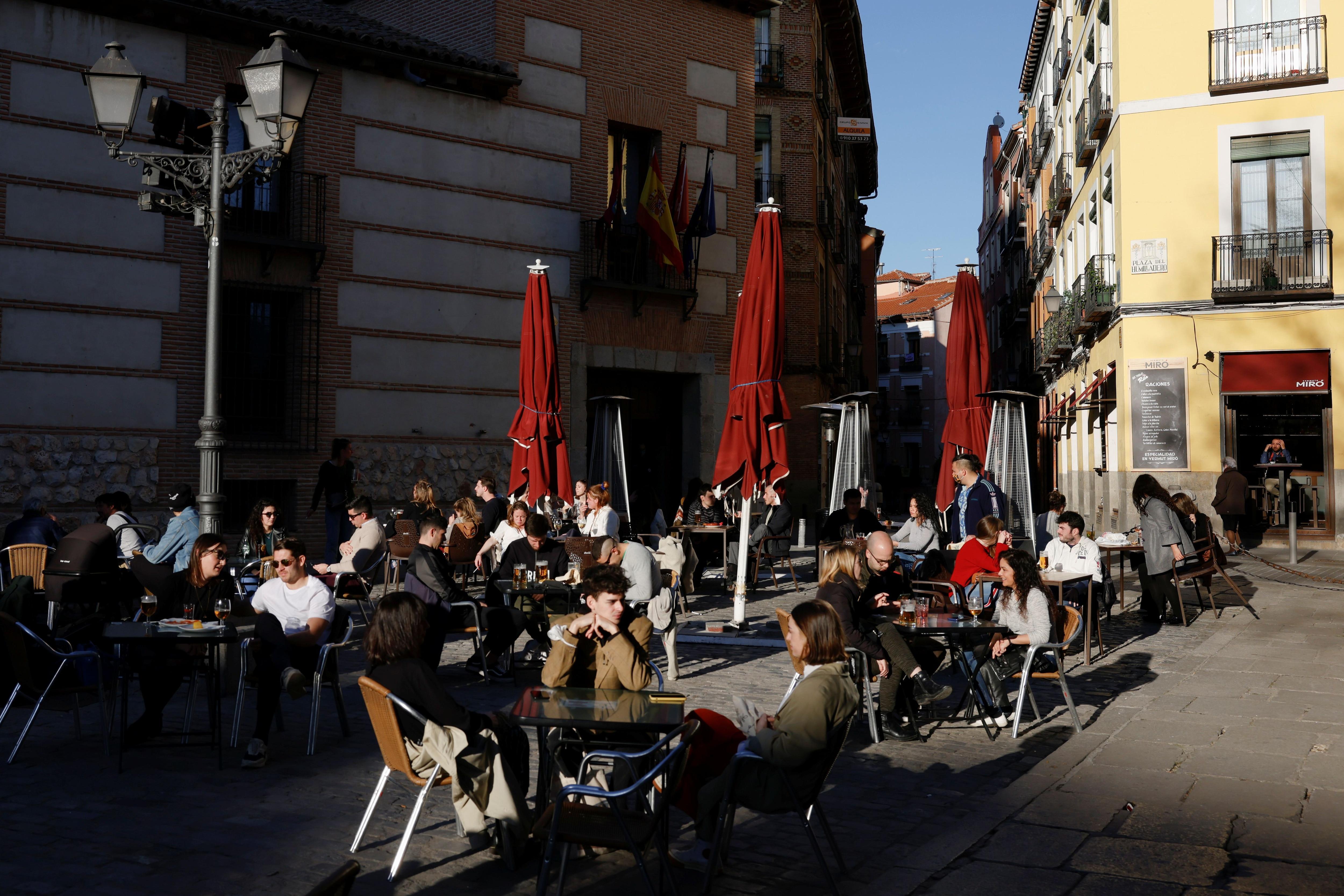En los bares hoy se respeta la distancia social (Reuters)