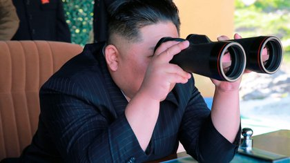 Kim Jong-un observa el lanzamiento. (Korean Central News Agency/Korea News Service via AP)