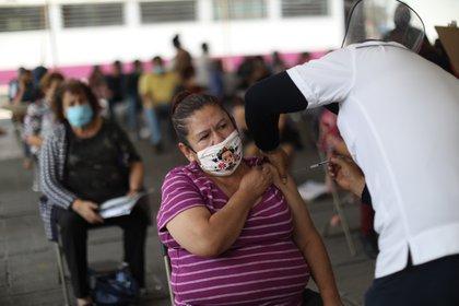 Personas de la tercera edad acuden a recibir la primera dosis de la vacuna contra la covid-19, en el municipio de Nezahualcóyotl, en el Estado de México (México). EFE/ Sáshenka Gutiérrez / Archivo