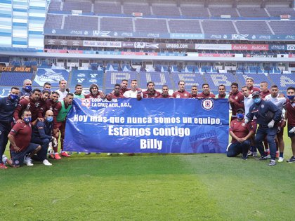 En el partido contra el Puebla, jugadores salieron con una pancarta en apoyo a Billy Álvarez (Foto: Twitter/ @CruzAzulCD)