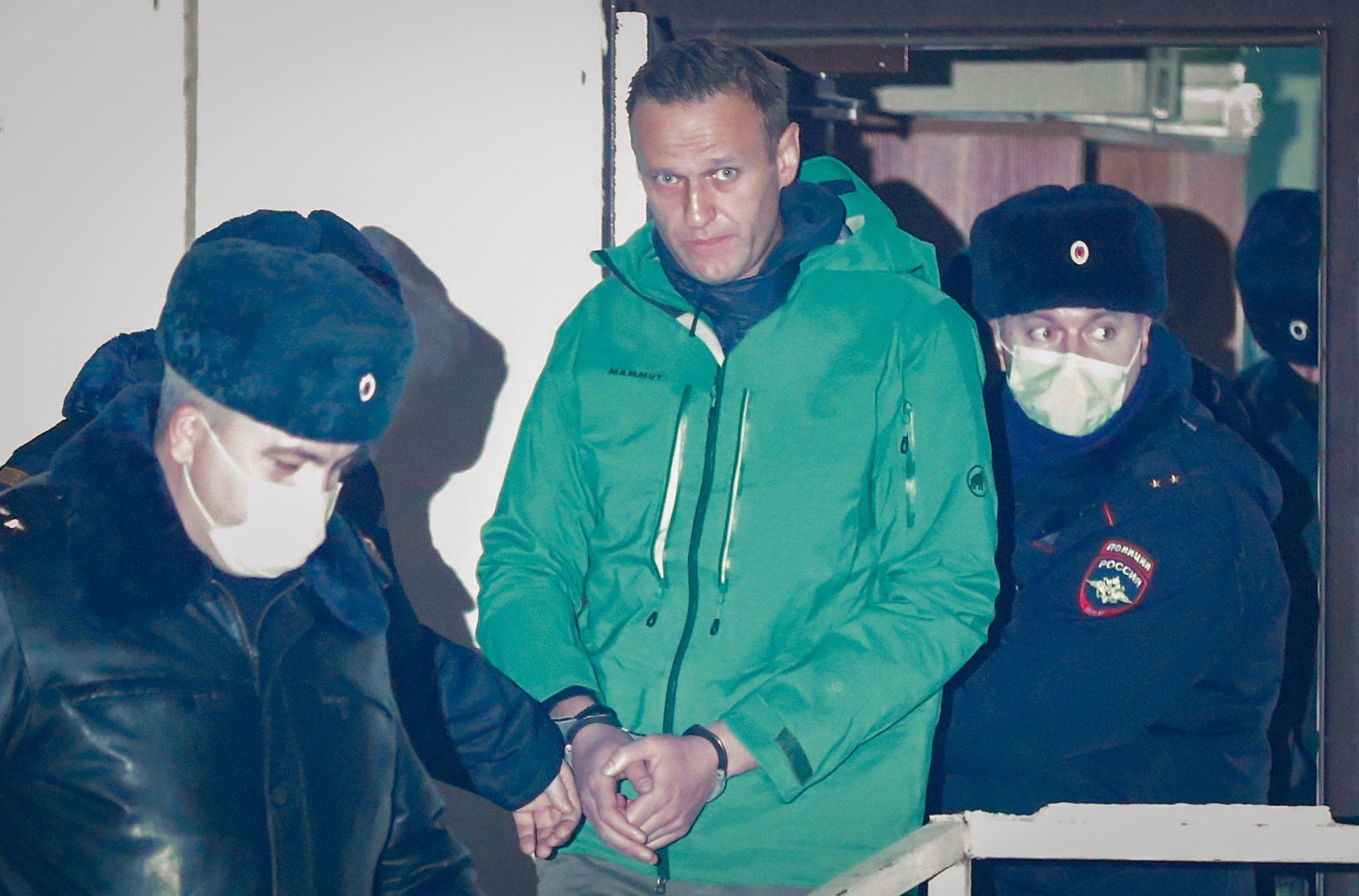 El opositor ruso Alexéi Navalni sale esposado de una comisaría en las afueras de Moscú, el pasado lunes. EFE/Sergei Ilnitsky