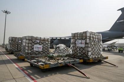 Los suministros de ayuda para el coronavirus de los Estados Unidos se ven en la pista después de ser descargados de un avión de la Fuerza Aérea en la terminal de carga del Aeropuerto Internacional Indira Gandhi en Nueva Delhi, India (Reuters)