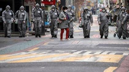 Soldados surcoreanos desinfectan una calle comercial en Seúl, Corea del Sur, el 4 de marzo de 2020. REUTERS/Heo Ran