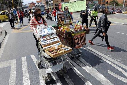 Vendedores ambulantes participan en una protesta del sector comercial hoy, en Bogotá (Colombia). EFE/ Mauricio Dueñas Castañeda