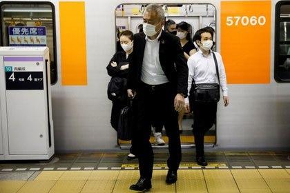FILE PHOTO: Passengers wearing masks getting off at a subway station in Tokyo, Japan, on May 27, 2020. REUTERS / Kim Kyung-Hoon