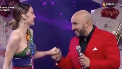 Belinda respondió a Lupillo con una sonrisa cuando cantaron juntos en La Voz (Twitter)