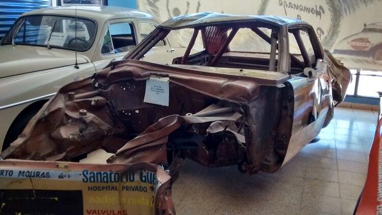 Así quedó el Dodge de Mouras tras el vuelco en Bahía Blanca en 1983. Sus restos descansan en el museo del