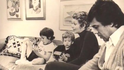 Otro recuerdo de la niñez de Leo Satragno junto a sus padres, Pinky, Raúl Lavié, y su hermano Gastón