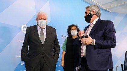 El presidente Alberto Fernandez junto al ahora exministro Ginés González García
