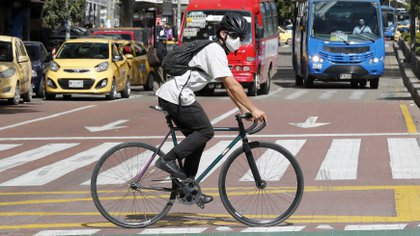 Un homme fait du vélo dans le centre de Bogotá.  EFE / Mauricio Due & # 241; comme Casta & # 241; eda