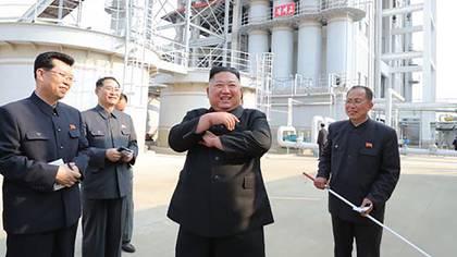 Kim Jong-un sonríe durante su reaparición en público (NK NEWS/KCNA)