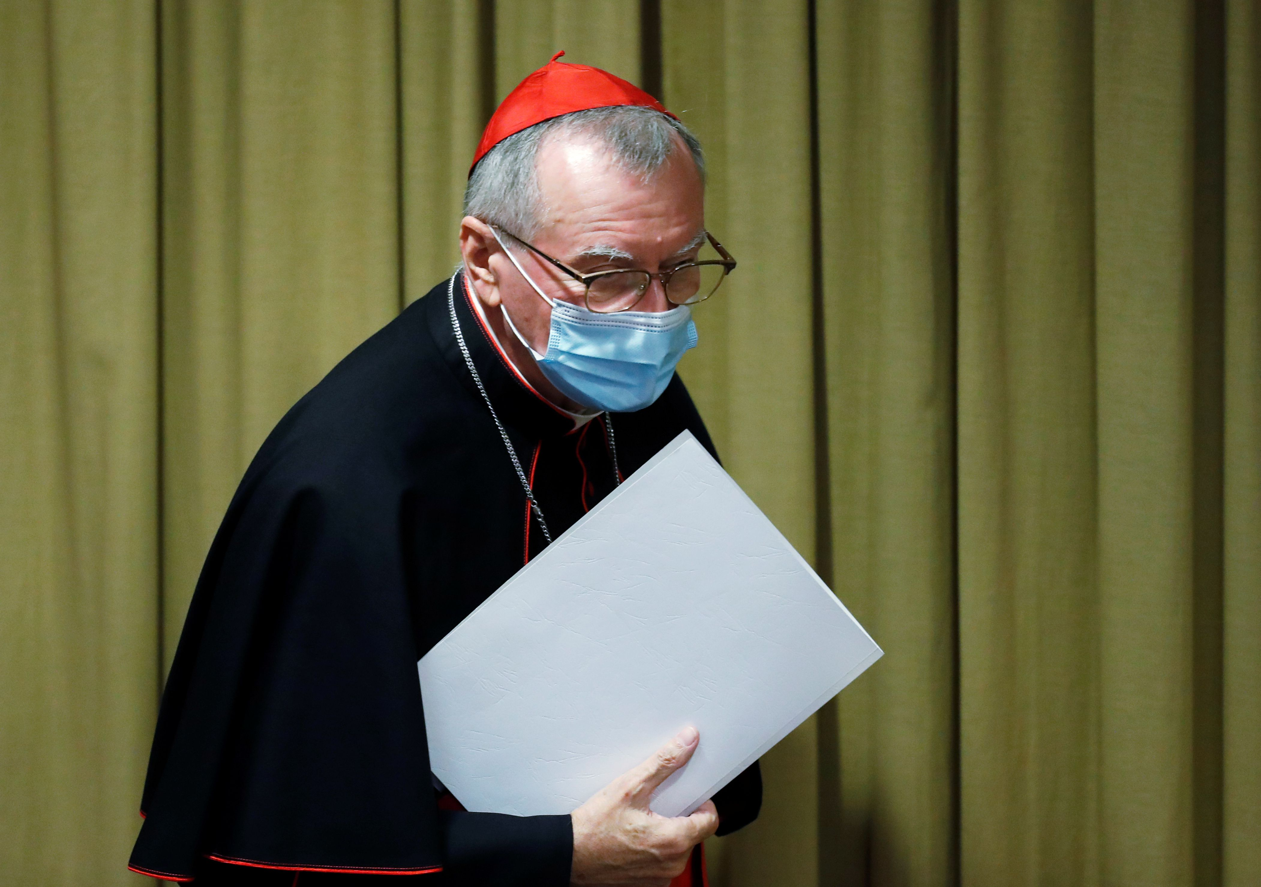 """El cardenal Pietro Parolin llega para la presentación de la encíclica del Papa Francisco titulada """"Fratelli Tutti"""" (Hermanos Todos) en el Vaticano, el 4 de octubre de 2020 (REUTERS)"""