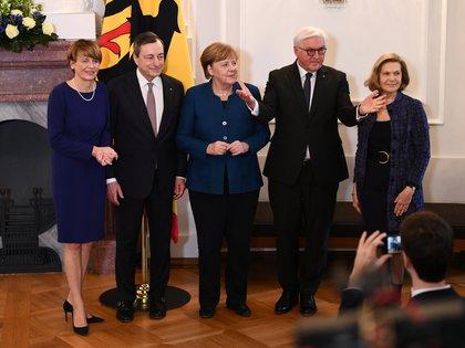 Drake con sua moglie Serena durante una cerimonia con il cancelliere tedesco Angela Merkel a Berlino.  REUTERS / Annegret Hilse