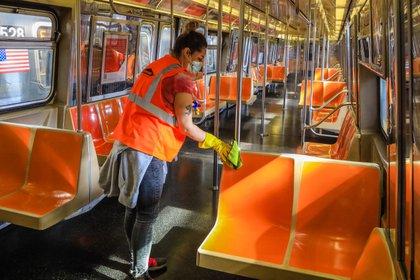 Un trabajador  limpia el metro de Nueva York en plena pandemia por el coronavirus