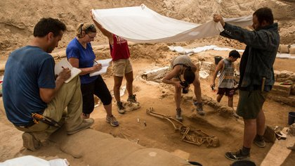 El equipo de arqueólogos que realiza las excavaciones en el cementerio filisteo de Ascalón