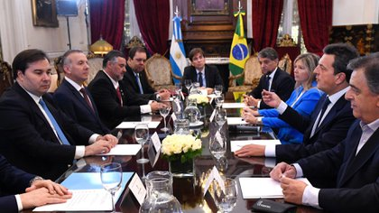 Rodrigo Maia (izq), presidente de la Cámara de Diputados del Brasil reunido con parlamentarios argentinos.