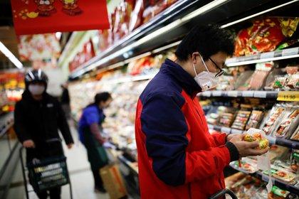 La Organización Mundial de la Salud declarara la epidemia originada en la ciudad de Wuhan como una emergencia internacional. El brote ya dejó 212 muertos y más de 8900 infectados en el país. (REUTERS/Carlos Garcia Rawlins)