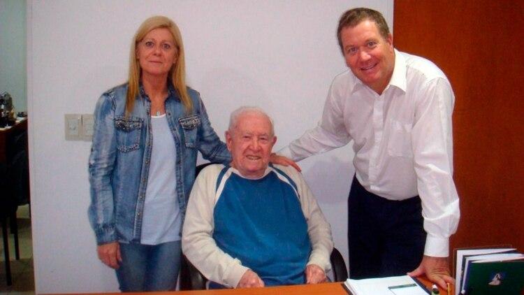 Marcela y Mario Menini, actuales dueños de la cochería damnificada por el Centro de Salud Norte. En el medio