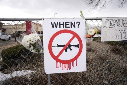 Los carteles colgados afuera del supermercado también reclamaron mayores controles a la venta de armas automáticas (AP)