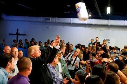 En octubre, Trump visitó Puerto Rico, isla devastada por el paso del Huracán María. Arrojó paquetes de papel higiénico