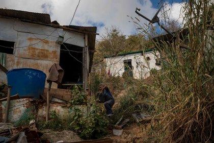 Se observa a un hombre cargar una botella de 25 litros de agua, en Caracas (EFE/ Miguel Gutiérrez)