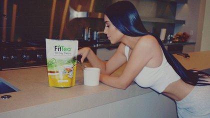 Kim Kardashian publicaba de manera regular en el pasado fotos de ella supuestamente bebiendo un té para bajar de peso (Foto: Instagram @kimkardashian)
