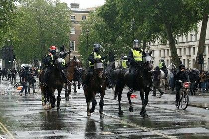 La policía a caballo avanza contra los manifestantes durante una protesta contra el racismo en Londres, Reino Unido REUTERS/Henry Nicholls