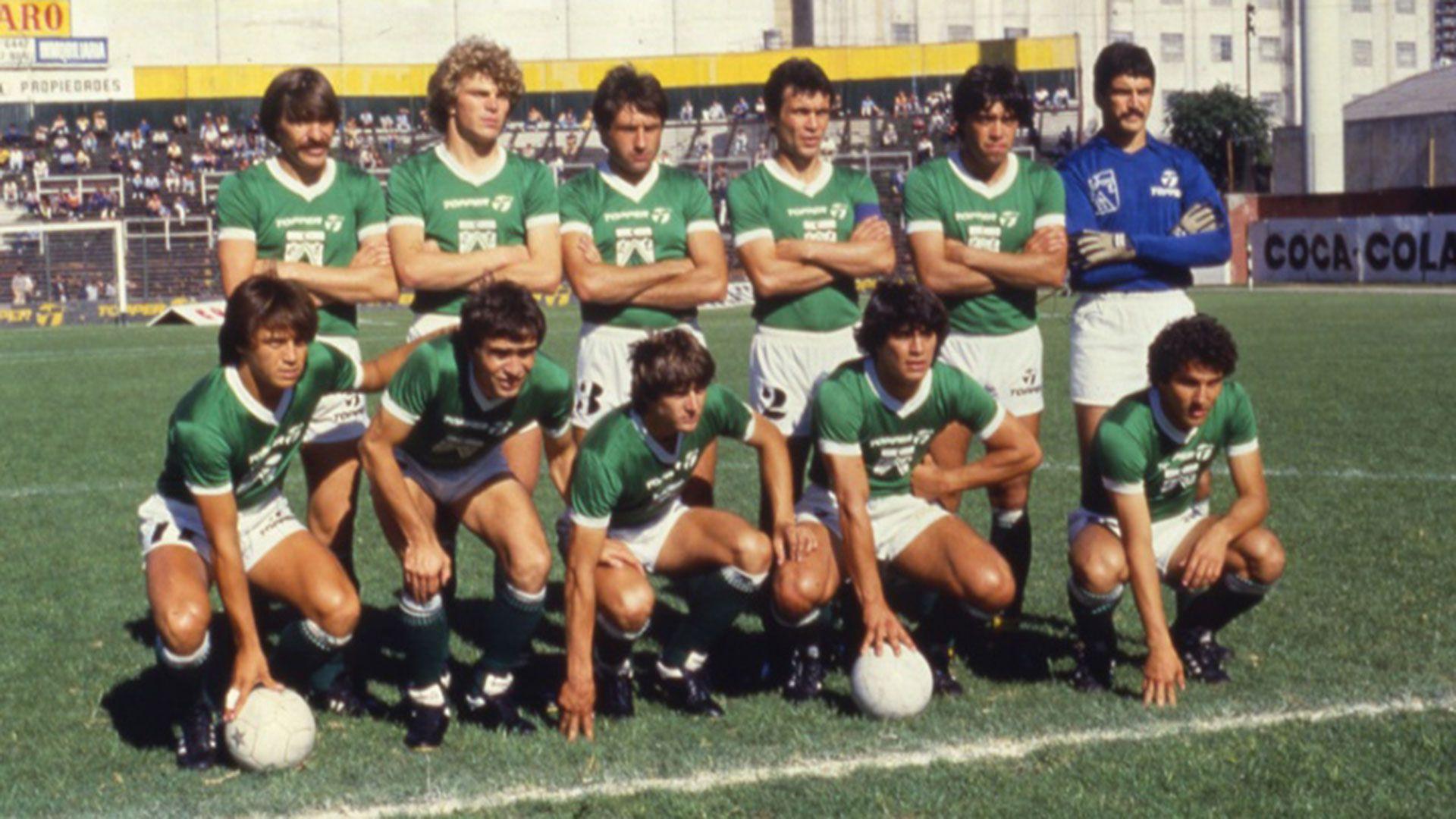 Héctor Cúper, con la número 2 y la cinta de capitán, en el histórico equipo de Ferro que hizo historia.